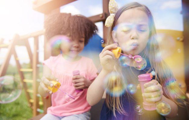 børn med sæbebobler